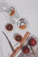 pompelmi piatti laici e disposizione dei coltelli foto