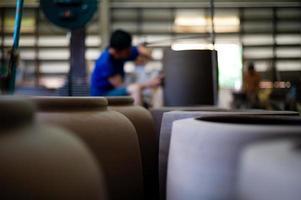 foto primo piano di ceramiche di argilla tradizionale in fabbrica con operaio offuscata che lavora in background