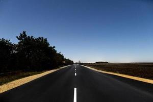 autostrada vuota la sera foto