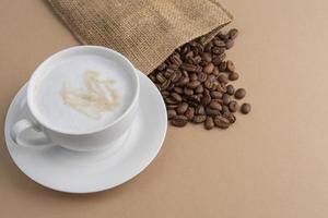 sacchetto di stoffa con una tazza di caffè in grani foto
