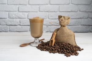 sacchetto di stoffa con chicchi di caffè foto