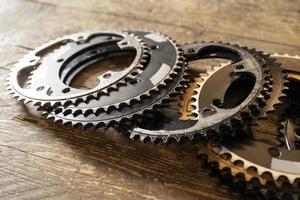 pezzi di biciclette ad alto angolo sul tavolo di legno foto