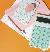 disposizione di materiale scolastico sul tavolo foto