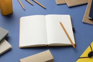 taccuino piatto con la lista delle cose da fare sulla scrivania foto