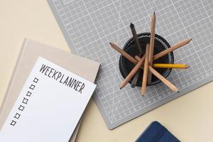 notebook con elenco delle cose da fare sulla scrivania foto