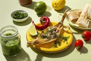 assortimento di ingredienti tamales su un tavolo verde foto