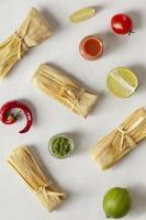 composizione di deliziosi tamales sulla piastra foto