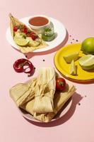 assortimento di deliziosi tamales sulla piastra foto