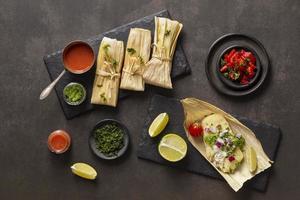 disposizione di deliziosi tamales sulla piastra foto