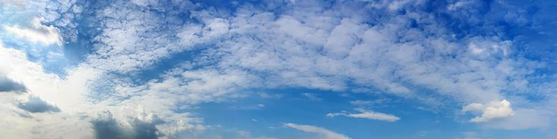 panorama cielo con nuvole in una giornata di sole. bella nuvola di cirri. foto