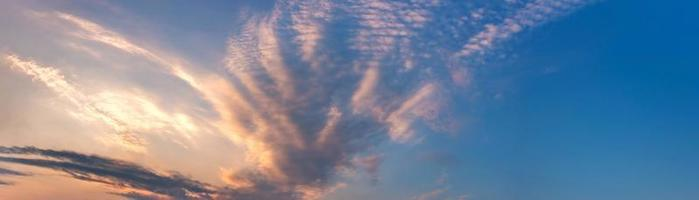 drammatico panorama del cielo con nuvole all'alba e al tramonto foto