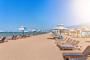 lettini in spiaggia. foto