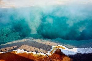 piscina nera presso il parco nazionale di yellowstone. Wyoming. Stati Uniti d'America. agosto 2020 foto