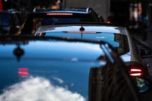 un primo piano delle auto con le luci dei freni accese nel traffico serale a manhattan, soft focus foto