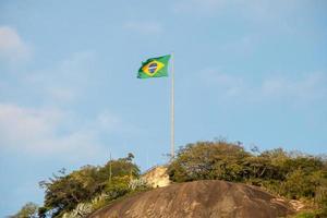 bandiera del brasile in cima alla pietra del timone a rio de janeiro. foto