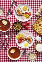 vista dall'alto del tavolo da picnic con snack foto