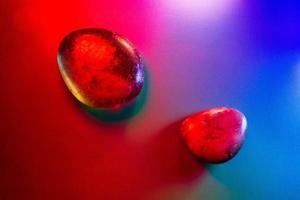 due gemme minerali illuminate in modo colorato che mostrano dettagli astratti foto