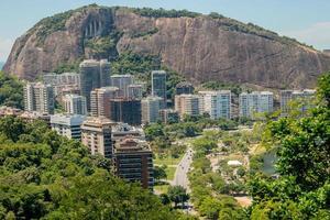 vista degli edifici presso la laguna rodrigo de freitas a rio de janeiro, brasile foto