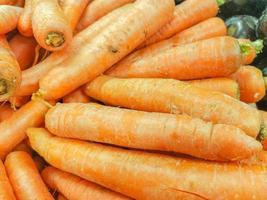 carote su una bancarella in un mercato aperto a rio de janeiro foto