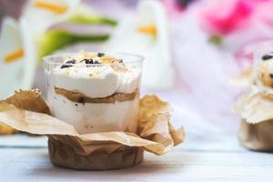 dessert tiramisù in bicchiere di plastica trasparente foto