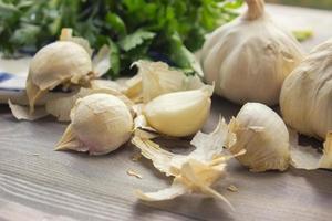 spicchi d'aglio sulla tavola di legno foto