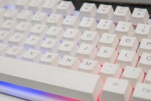 tastiera del giocatore bianca con luci colorate foto