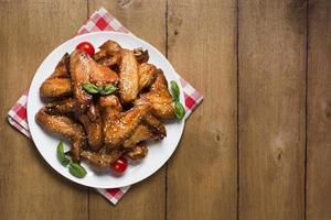vista dall'alto piatto di ali di pollo con semi di sesamo e copia spazio foto