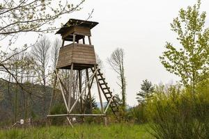 seggio alto del cacciatore in un campo foto