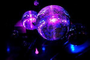 palla da discoteca con mirroring in luce viola foto