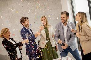 gruppo di uomini d'affari che celebrano e tostano foto