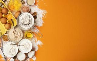 ingredienti di cottura sulla vista superiore del fondo di colore giallo foto
