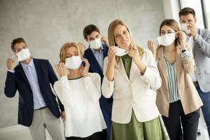 gruppo di professionisti che indossano maschere foto