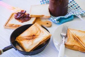 pane tostato arrosto spuntando di un tostapane in acciaio inossidabile in una cucina domestica. foto