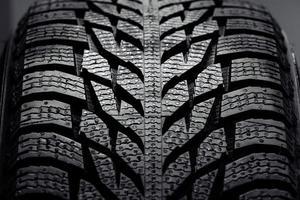 pila di nuovissimi pneumatici per auto ad alte prestazioni foto
