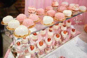 barretta di cioccolato di nozze con deserti rosa e bianchi foto