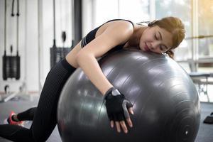 donna che utilizza palla ginnica foto