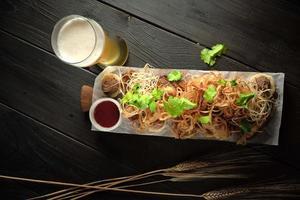 bicchiere di birra fredda con menu di catering antipasto foto