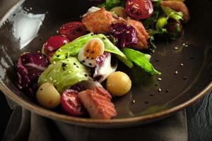 insalata caesar con menu catering di salmone foto