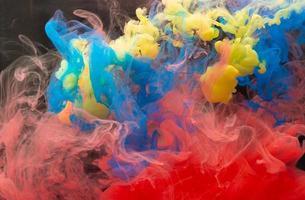 gocce di colore in acqua foto