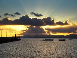 drammatico cielo serale ad arrecife lanzarote isole canarie foto