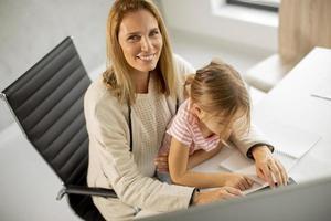 madre e figlia in ufficio foto