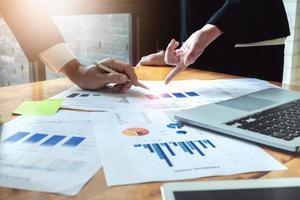 discussioni di affari economici, squadra di affari che analizza i grafici di reddito e grafici per pianificare il concetto di marketing con l'utilizzo del computer portatile per l'analisi. foto