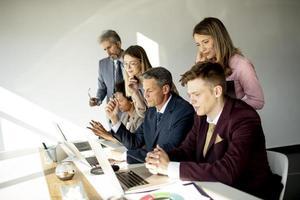 gruppo di professionisti aziendali in una riunione foto