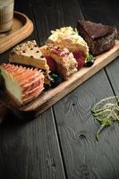 diversi pezzi di torte su un menu di ristorazione tavola di legno foto