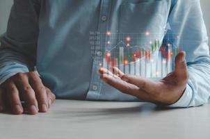 finanza aziendale e tecnologia. concetto di investimento. investire in borsa e fondi. uomo d'affari analizza dati finanziari, grafici e forex trading. foto