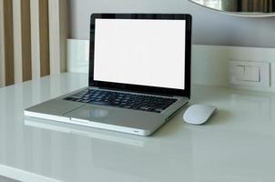 computer portatile mock-up e mouse con schermo vuoto bianco sul tavolo. foto