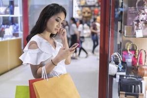 fare shopping in un centro commerciale foto