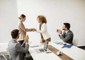 stretta di mano di affari in una riunione foto