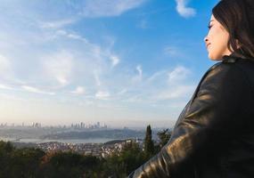 ragazza che guarda alla parte europea della città di uskudar, in turchia foto