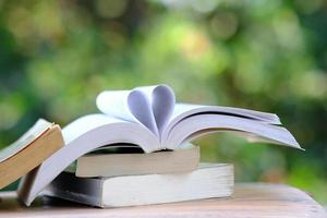 libro sul tavolo in legno e concetto di apprendimento dell'istruzione foto